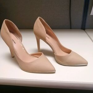 Nude pumps with gold trim